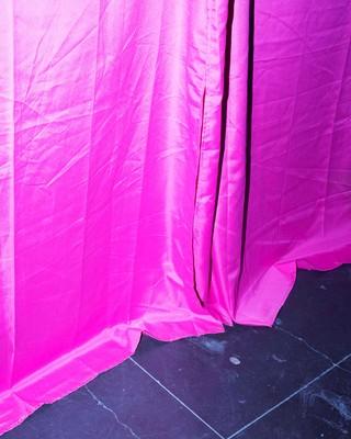 roze-gordijn-vochtplekken-Jonas-Van-der-Haegen-where-did-we-meet-last-time