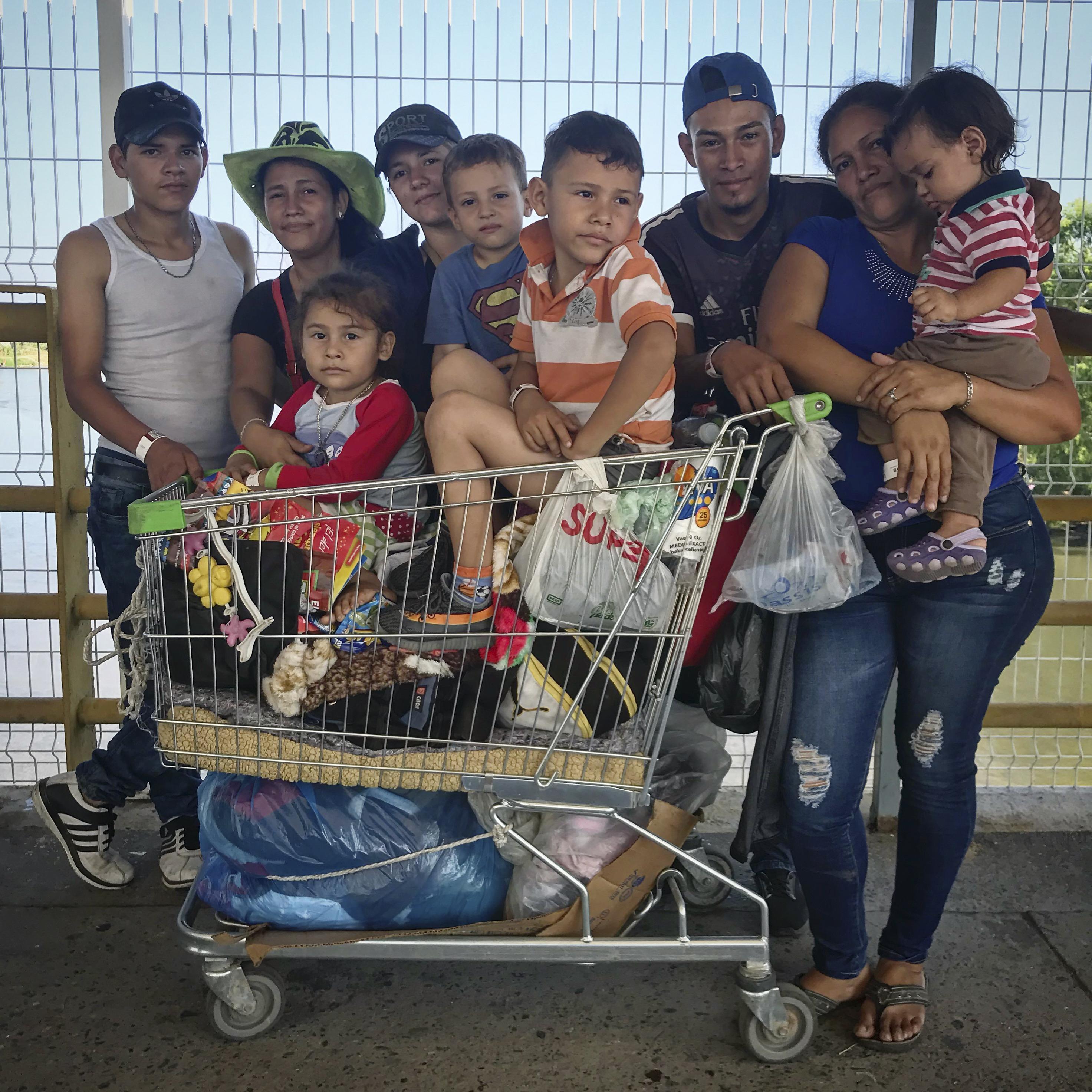 1549909759427-5-Familia-que-viaja-a-pie-a-Estados-Unidos-en-espera-de-su-visa-humanitaria