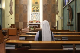 Nonne in Kirche