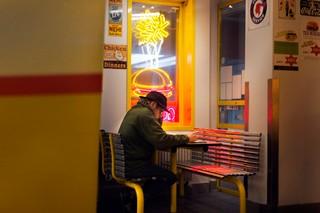 man aan tafel in Goldway in Louvain-la-Neuve