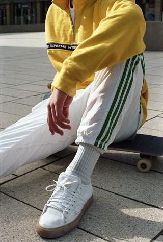 jonge skater in supreme en adidas, foto door Cléo-Nikita Thomasson