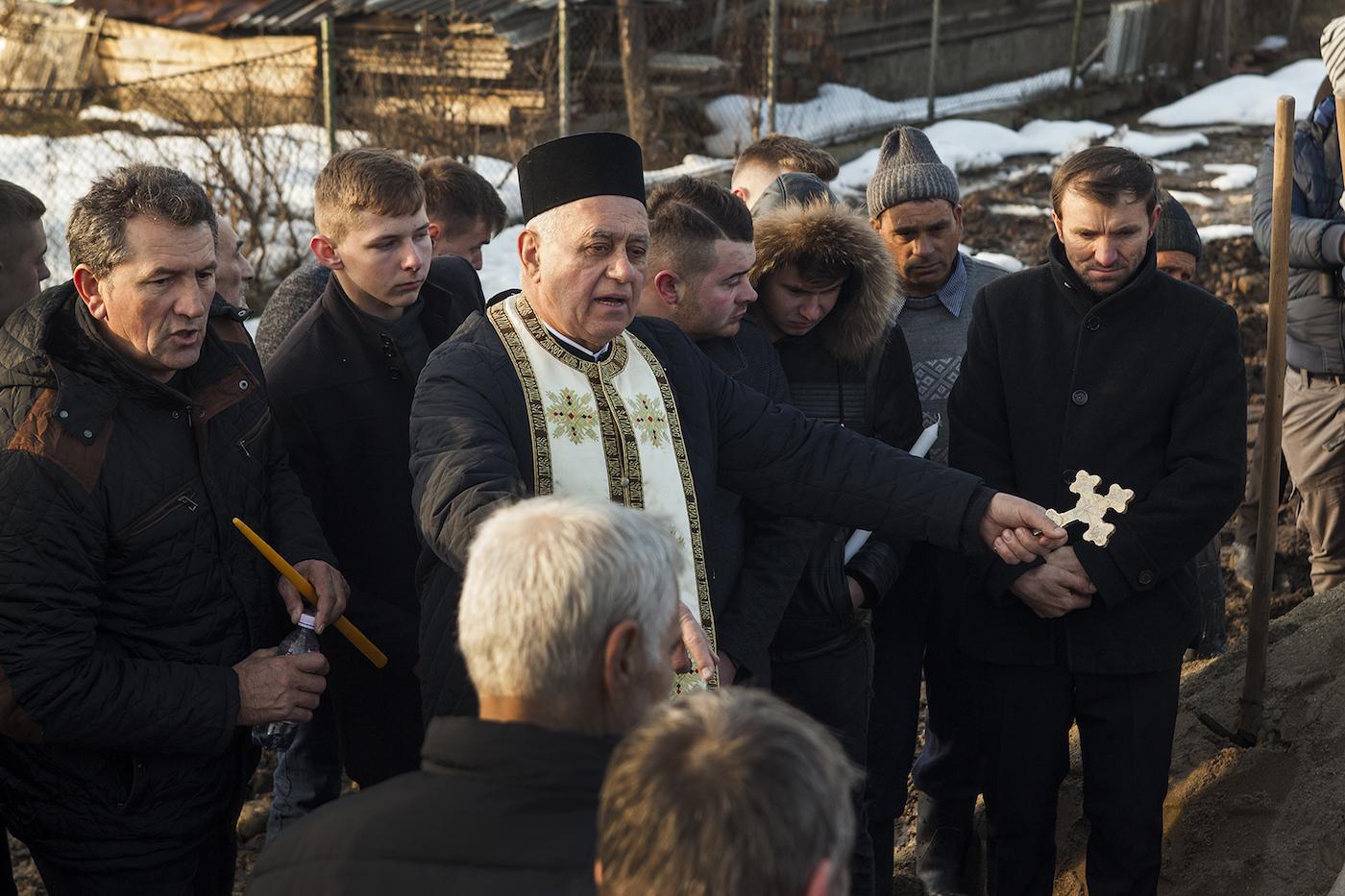 Pastor Luțai membacakan doa.