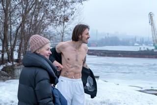 romeo-elvis-bloot-bovenlijf-tattoos-lacht-in-sneeuw