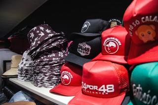 Chapéus e bonés da 24 por 48 na Braba de Milionário, loja oficial da marca criada por Shevchenko e Elloco. Foto: Igor Marques/VICE