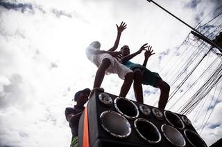 Jovens dançam durante reinauguração da Braba de Milionário, loja oficial da marca de Shevchenko e Elloco, 24 por 48. Foto: Igor Marques/VICE