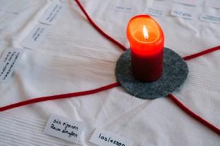 Kerze auf einem Teppich