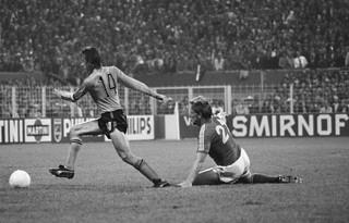 1551876293543-Johan-Cruijffs-Amsterdam-Cruyff-Betondorp-WK_74_Nederland_tegen_Zweden_0-0_Johan_Cruijff_passeert_Persson_21_Bestanddeelnr_927-2678_cropped