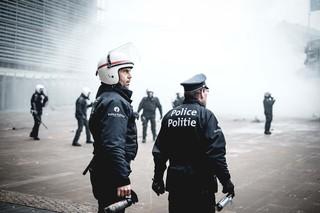 betoging-brussel-politie-traangas-in-hand-aurelien-ernst