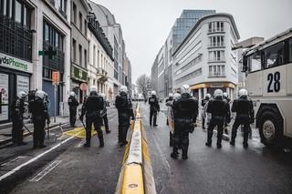 protest-brussel-politie-met-helmen-en-schilden-op-straat-aurelien-ernst
