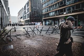 protest-brussel-politie-met-helmen-en-schilden-op-straat-betoger-aurelien-ernst