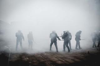 protest-brussel-politie-met-helm-in-rook-aurelien-ernst