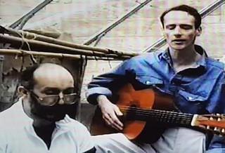 John spielt hinter Gittern Gitarre