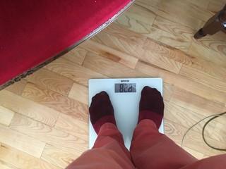 crvene čarape na vagi