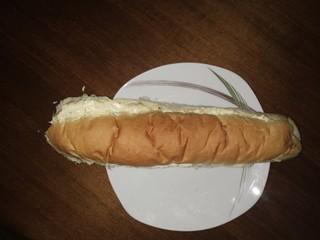 sendvič na tanjiru