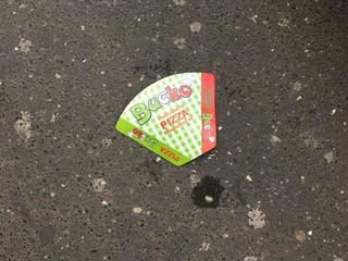 omot pice na asfaltu