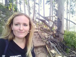 Saskia Ehlers steht in einem Wald