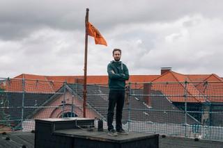 Felix steht auf dem Dach