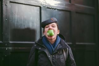 Vrouw met appel in mond