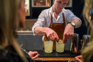 cocktailmaker legt finishing touch op drankjes
