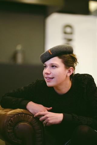 Vrouw met baret kijkt weg