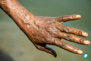 een bruine hand
