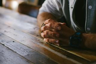 Gevouwen handen met horloge