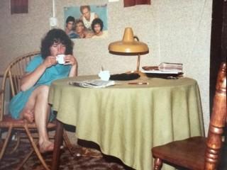 meisje aan tafel met kop thee