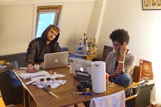 Man en vrouw zitten aan tafel met laptops.