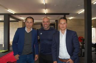 Andy van der Meijde met zijn tweelingbroers Loyd en Roy Hendriks
