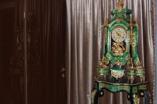 Groen met gouden klok in lobby.