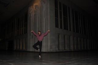 Tim doet een ballerina na.