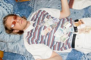 Tim met geld op zijn lichaam