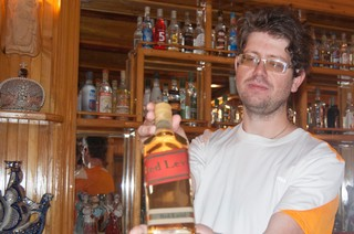 Barman met fles red level in zijn hand