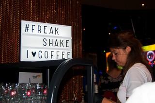 Bord met geschreven tekst: #Freak Shake I Coffee
