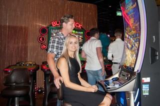 William en Jennifer bij een gok-automaat