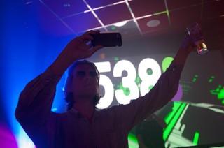 Tim maakt een selfie met de dj's van radio 538