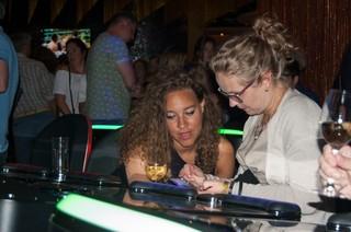 2 vrouwen kijken naar telefoon.