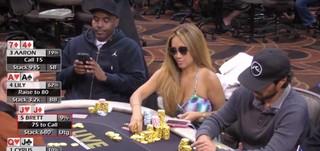 knappe vrouw aan het pokeren