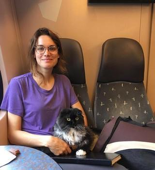 Lize en haar kat in de trein