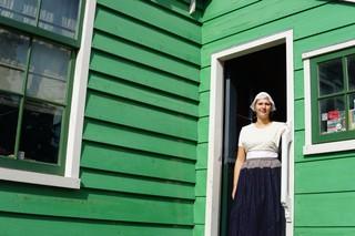 groen huis met vrouw