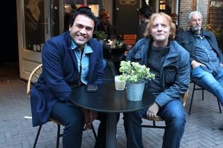 twee mannen aan terras tafel