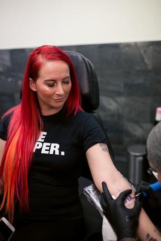 vrouw in tattoo stoel