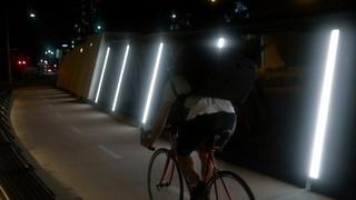fietsbezorger in het donker