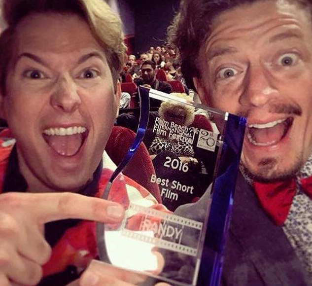 twee mannen met award
