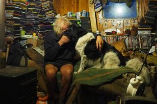 Man knuffelt hond op bed