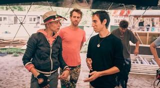 Daniel in gesprek met twee andere mannen.