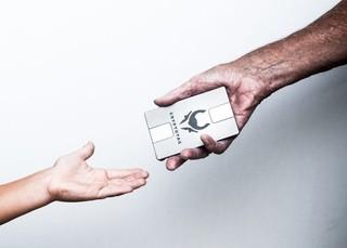 twee handen met een grijze unit