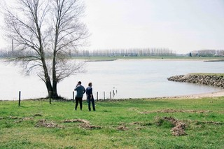 Twee mannen aan het water opzoek naar goud
