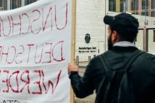 Ein Demonstrant vor dem Auswärtigen Amt