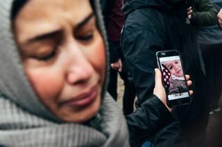 Nadjas Mutter zeigt ein Video ihres Enkels auf dem Handy